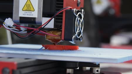 innowacje : 3D printer manufacturing a plastic object from a digital file