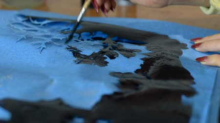 decorador : Girl artist paints tree Stock Footage