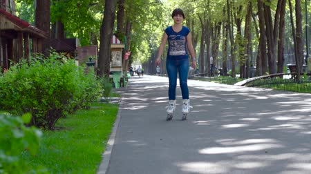 patenci : Girl rollerblading in the city park. Caucasian woman in outdoor activities.