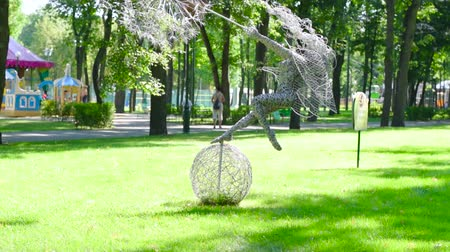dmuchawiec : Ukraine, Kharkiv-August 20, 2017: Sculpture of a girl with a dandelion in the citys central park park lawn Wideo