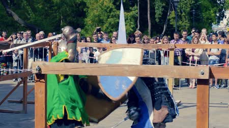 rytíř : Ukraine, Kharkov August 24, 2017: Full HD Video. Knight tournament among professionals and amateurs. Combat in swords in heavy armor