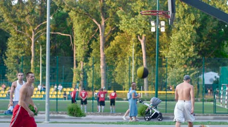 basketbalveld : Ukraine Kharkiv 1 oktober 2017: Basketbal training buiten in het park. Gezonde levensstijl. Video in slow motion in full hd-formaat