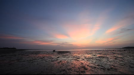 inspiradora : beautiful tropical sunset with colorful reflection on water at low tide. Shot at Ao Wok Tum @ Koh Phangan, Thailand
