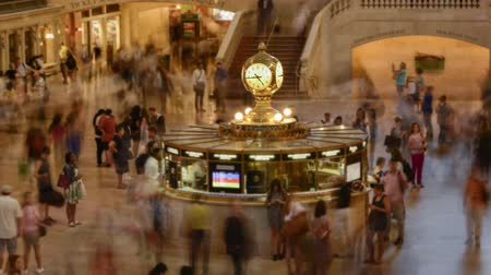 giunco : Video Timelapse di ore di punta a Grand Central Station, New York. Tempo lapse video alla stazione centrale di New York, primo piano sull'orologio. Filmati Stock