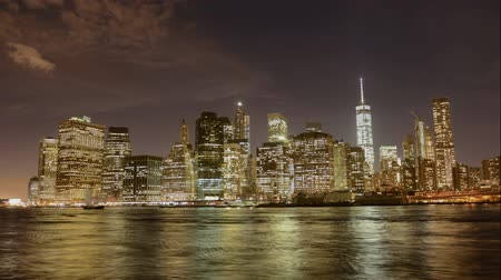 večer : Time lapse 4K video at dusk of the Financial District, Manhattan, New York City. Timelapse video of Lower Manhattans skyline from DUMBO in Brooklyn, zoom in. Cityscape with modern skyscrapers in NYC. Dostupné videozáznamy