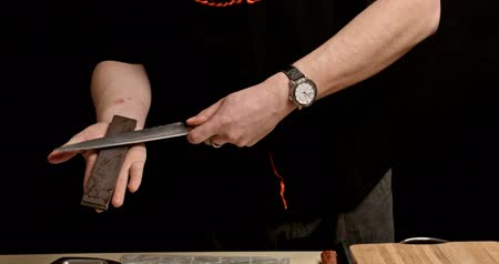 bıçak : sharpen a knife Stok Video