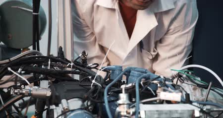 elektrownia : A technician performing periodic engine maintenance in a landfill gas recovery plant