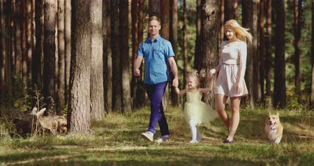 etkinlik : Happy family in forest walking and painting