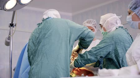 uniforme : Surgeons in uniform perform arthroplasty Vídeos