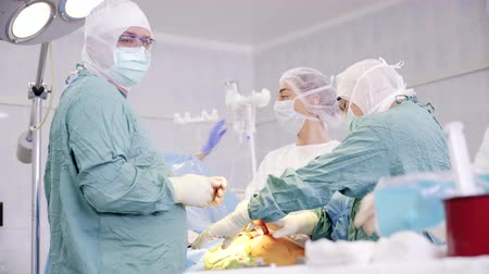 operasyon : Team of surgeons in operation room