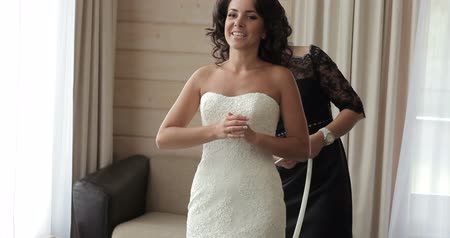 giydirmek : Bride putting on her wedding dress Stok Video
