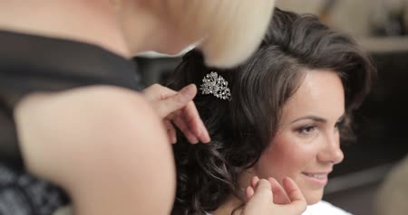 preparing : Beautiful brunette bride preparing for marriage, hairstyle