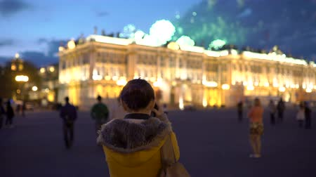 pixéis : Woman taking pictures of fireworks