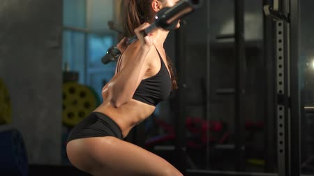 сильный : beautiful sporty sexy woman doing exercises