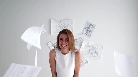 восстание : Young smiling businesswoman throws paper document pages