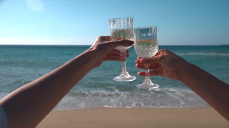 na zdraví : Cheers with wine glasses in a beautiful beach Dostupné videozáznamy