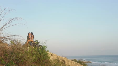 personalizado : Travelers in love stopped on a motorcycle by the ocean