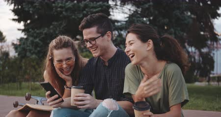 életerő : Teenage friends laughing at something outside