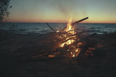 Bonfire in summer night by the sea Stock mozgókép