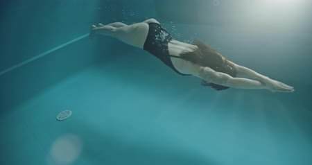 dips : Amateur woman swimmer, dolphin style Stock Footage