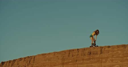 non şehir sahne : young sandboarder on a cliff, sunset light