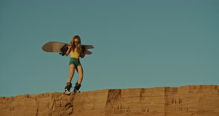 dunas : girl sandboarder on a cliff, extreme sport Archivo de Video