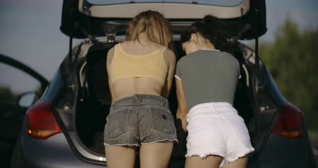 beira da estrada : Women spection She opened the hood Broken car on the side See engines that are damaged or not. Stock Footage