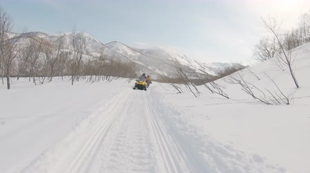 nástup do letadla : snowboarders riding on snowmobiles for freeride, filmed on the action camera, frame shot on a freeride tour in Kamchatka volcanoes, filmed on the action camera Dostupné videozáznamy