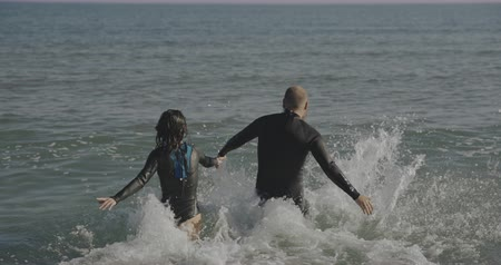 barbatana : Freediver couple running to the sea. Filmed on cinema camera, 12 bit coolor Stock Footage