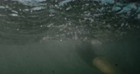metáfora : Female swimmer in wetsuit trying to swim in strong waves in storm, filmed on cinematic camera, 12 bit color