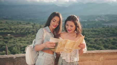 estrangeiro : Two glamorous girls exploring the map of Greece. Travel, freedom, friendship, lifestyle concept. Vídeos