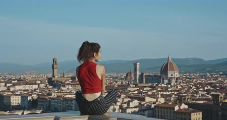 maria : Travel to Europe. Happy girl, tourist in Italy. Landscape skyline of Florence. Basilica di Santa Maria del Fiore. Stock Footage