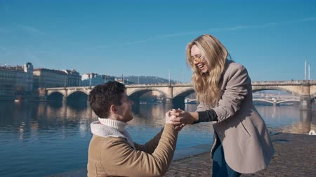 casar : Handsome young man proposing to his girlfriend on pier. Love, family, relationship, wedding concept. Filmed on REd 4k, 10 bit color