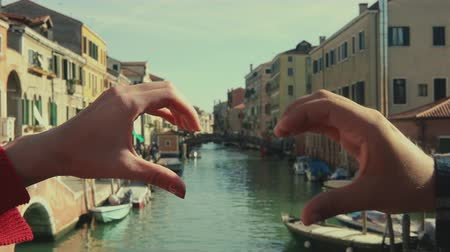 símbolo : Italy framed by heart shaped hands of a couple. Travel, lifestyle concept. Vintage color. Stock Footage