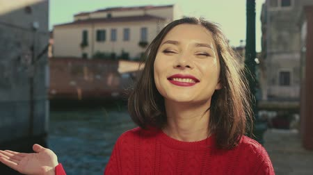 venedik : Attractive beautiful woman showing air kiss. Venice, Italy. Travel, lifestyle. tourism concept. Stok Video
