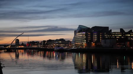 hlavní města : HD video of the City centre and river Liffey with Samuel Beckett Bridge during sunset. Dublin, Ireland