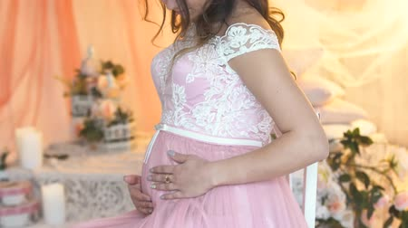sedí : beautiful young pregnant girl in pink dress