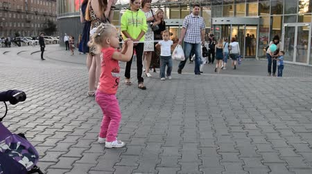 flet : Girl performing on city square Wideo