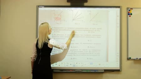 interaktif : Young teacher working with interactive whiteboard Stok Video