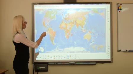 interaktif : Geography teacher using interactive whiteboard