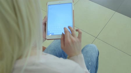 mensagem : Girl typing message or email on touch pad indoors