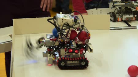 kolektor : Robot undergoing challenge of collecting balls. Studying robotics at school Dostupné videozáznamy