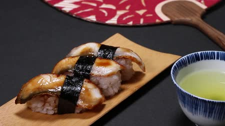 унаги : Nigiri sushi with eel and japanese tea Стоковые видеозаписи