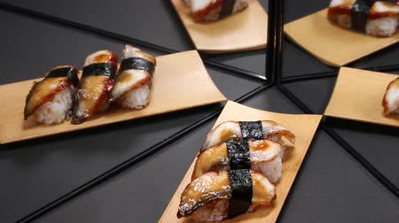 унаги : Nigiri sushi with eel reflecting in the mirror