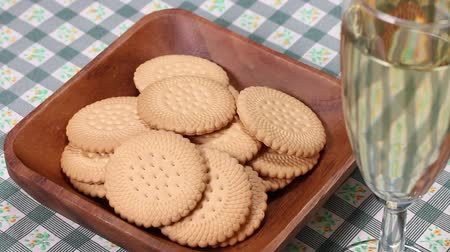 bílé víno : Biscuits and glass of wine