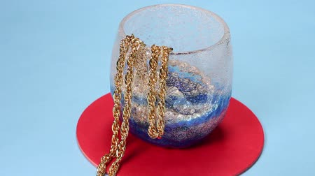naszyjnik : Gold and pearl accessories in the glass Wideo