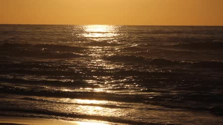 odrážející : Golden sunset with sea waves, Japan Dostupné videozáznamy