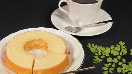 uzun ömürlü : Baumkuchen and cup of coffee Stok Video