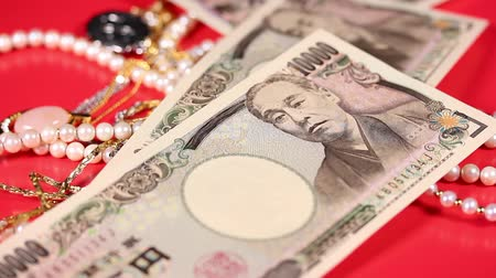 жемчуг : Jewelries and falling  Japanese yen bills Стоковые видеозаписи