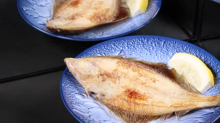 yansıyan : Grilled fish reflecting in the mirror